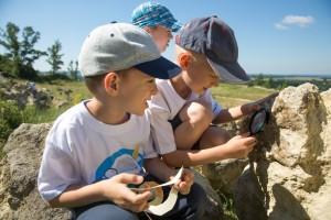 Hľadanie skamenelín sa deťom veľmi páčilo.